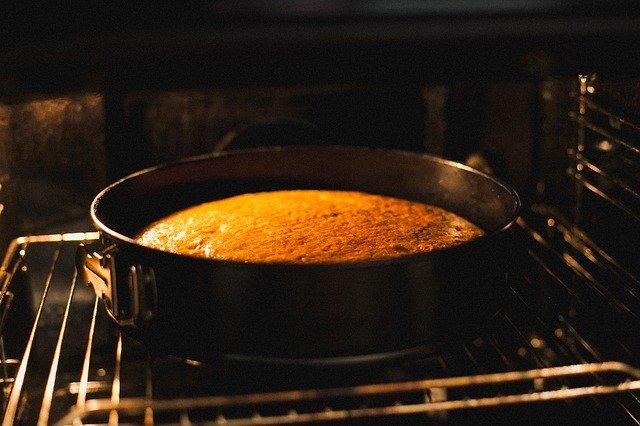 スポンジケーキを作り、焼き上げている画像