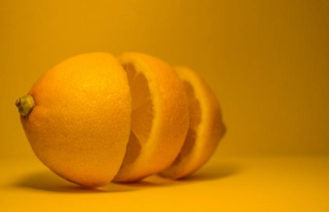 【シロップまでフル活用!】絶品レモンの蜂蜜漬けの作り方はこちら。